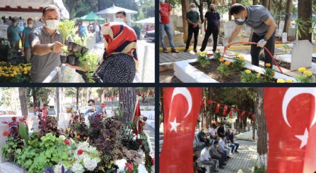 29 mezarlıkta Çiçek dağıtıldı
