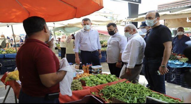 Başkan Yücel ve kaymakam Ürkmezer pazar esnafını ziyaret etti ve kurallara uymalarını istedi