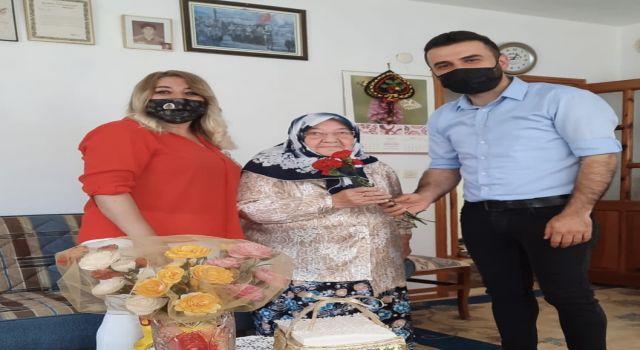 Selman Arıkan anneler gününde annelere çiçek vererek mutluluklarına ortak oldu