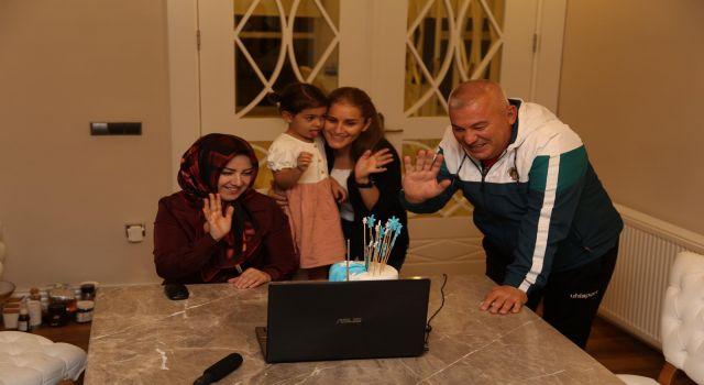 Minik Ahmet ilk adımı atmanın mutluluğunu Mehmet amcası ile paylaştı