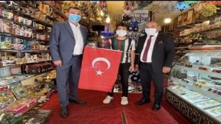 Başkan Türkdoğan Ocak başkanı Yavuz uysal ile birlikte esnaflara bayrak dağıttı