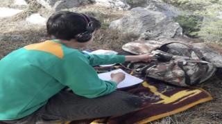 Koş Davut yaylasında verici var telefon çekmiyor öğrenciler canlı derse girmek için dağa tırmanıyor
