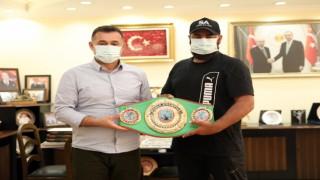 Dünya şampiyonu boksör altın kemeri Başkan Yücele getirdi