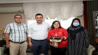 Başkan Yücel şampiyon Dilara'yı evinde ziyaret etti
